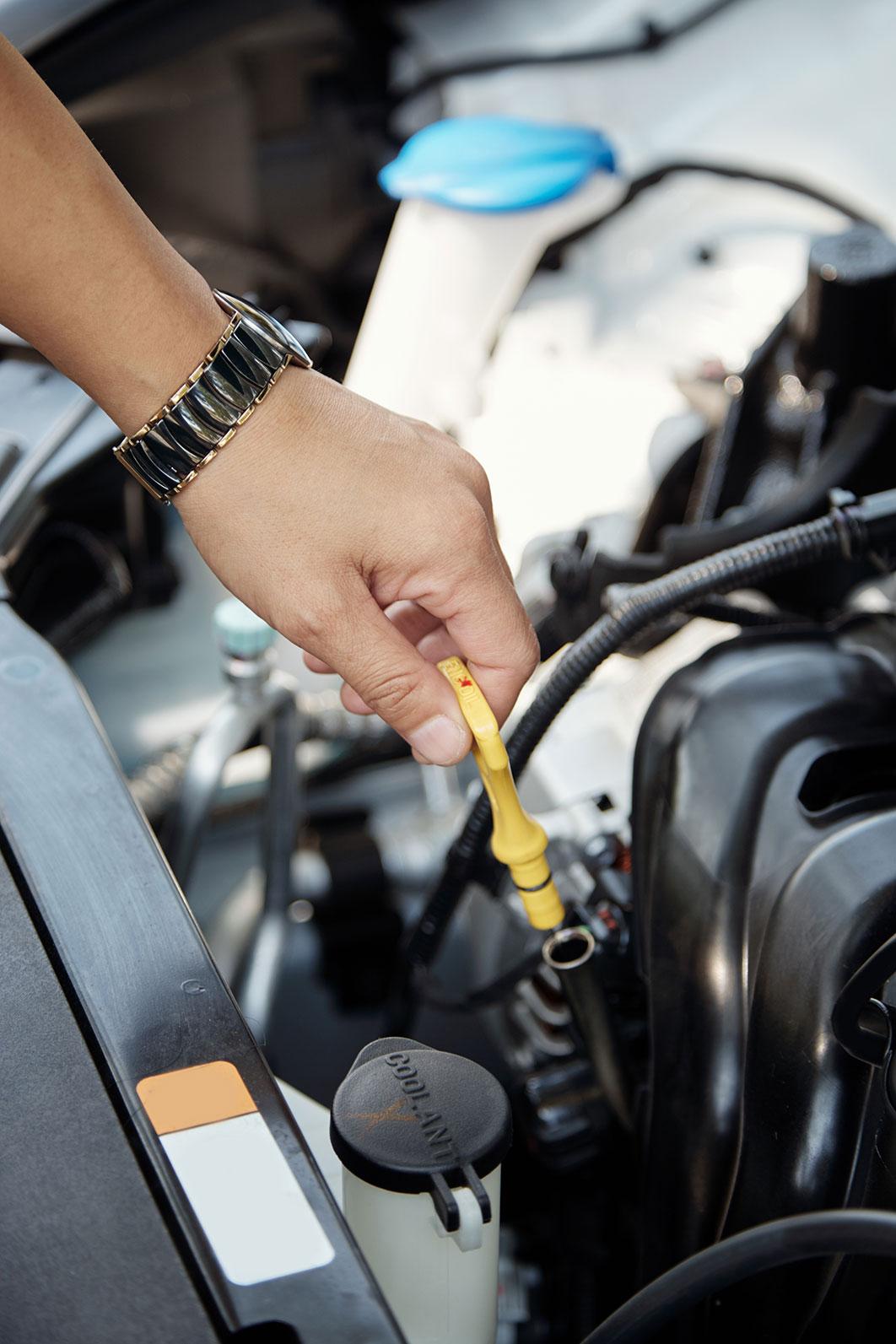 Der Ölstand eines Fahrzeuges wird geprüft.